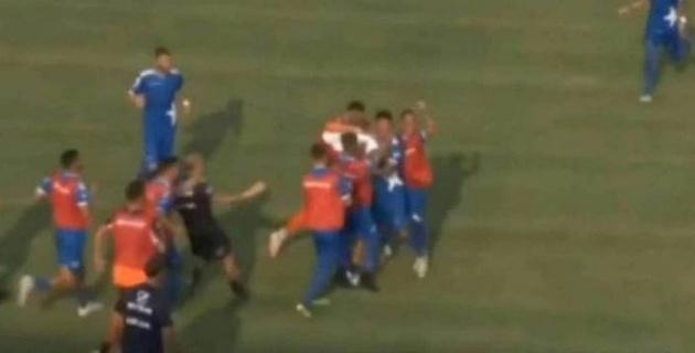 Алаң ортасынан гол салған италиялық футболшы бүкіл команданы таңдандырды