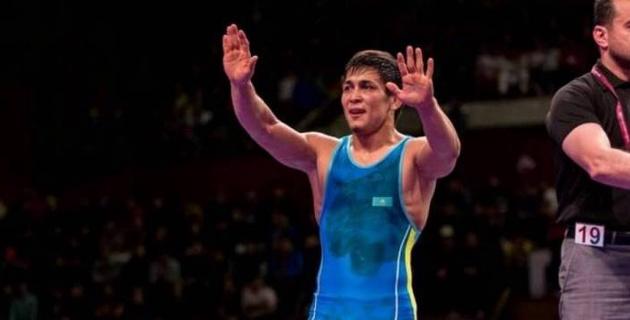 Әлемдік рейтинг көшбасшысын жеңген қазақ балуаны әлем чемпионатының алтынына белдеседі