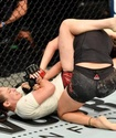 """""""Гүрт ете қалды"""". Файтер қыз UFC Fight Night турнирінде қарсыласының қолын сындырып жіберді"""