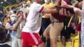 Ұтылған команда футболшысы трибунаға көтеріліп жанкүйермен төбелесті
