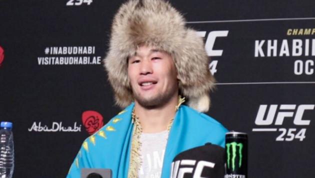 Жолаушылар қошеметі. UFC-де жеңіске жеткен қазақ файтерді елге сапарында ұшақ бортында құттықтады