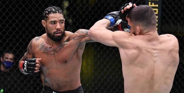 Әсершілдер көрмегені абзал. Америкалық файтер UFC-дегі бірінші жекпе-жегінде құлақтан айырыла жаздады