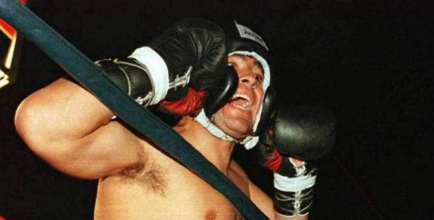 1996 жылы Марадона әлем чемпионымен жекпе-жек өткізген. Төреші де таяқ жеді