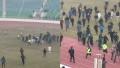 Өзбекстанда футболшылар мен жанкүйерлер төрешіні алаң ортасында сабап тастады