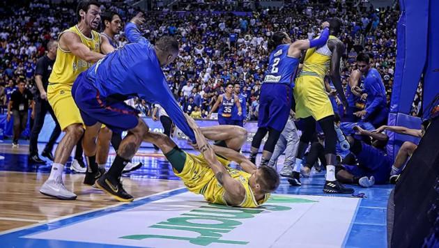 Аустралия мен Филиппиннің баскетбол құрамалары ойын үстінде жаппай төбелесті