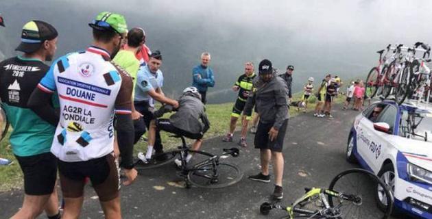"""Полицей """"Тур де Франс"""" чемпионын жанкүйер екен деп жерге жықты"""