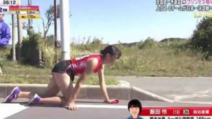 Аяғы сынған қыз марафонды еңбектеп аяқтап, тізесін талқан етті