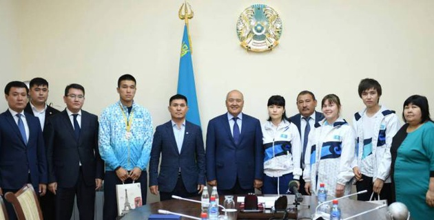 Өмірзақ Шөкеев әлемді бағындырған түркістандық спортшыларға құрмет көрсетті